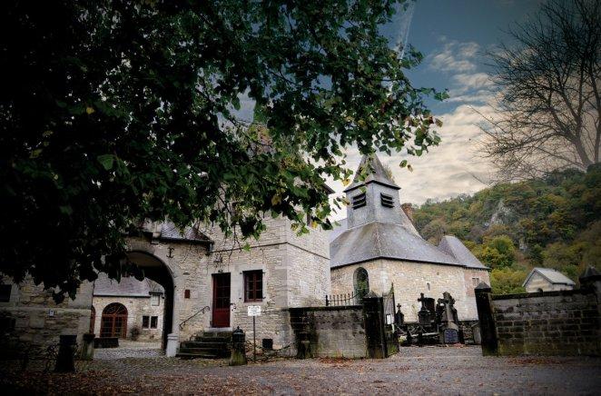 Entre forêt et falaise, le Prieuré d'Anseremme et son petit cimetière ont charmé l'oeil du photographe. C'est une des curiosités de la province de Namur.